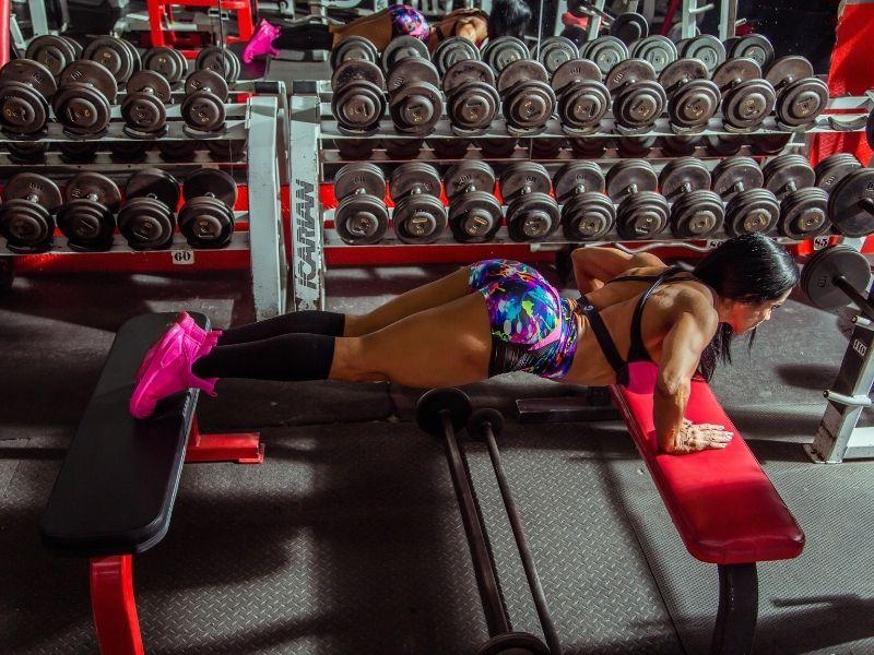 Cómo hacer CrossFit en un gimnasio. Ideas de ejercicios y entrenos.